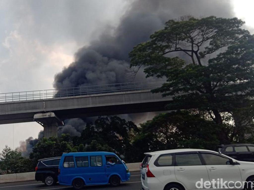 Gudang di Ciracas Jaktim Kebakaran, 20 Unit Damkar Dikerahkan