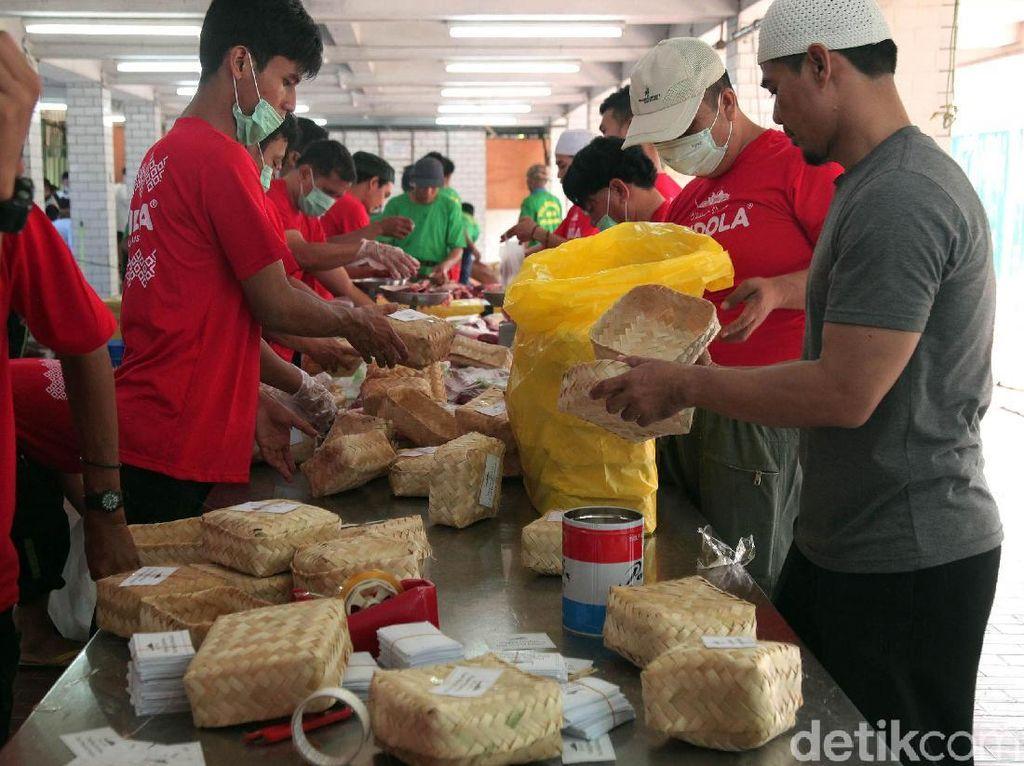 Masjid Istiqlal Distribusikan Daging Kurban Pakai Besek