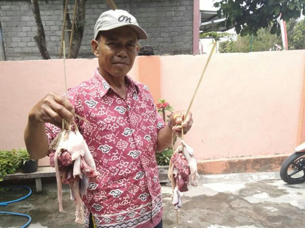 Warga Blitar Balik ke Zaman Dulu, Ikat Daging Kurban Pakai Tali Bambu
