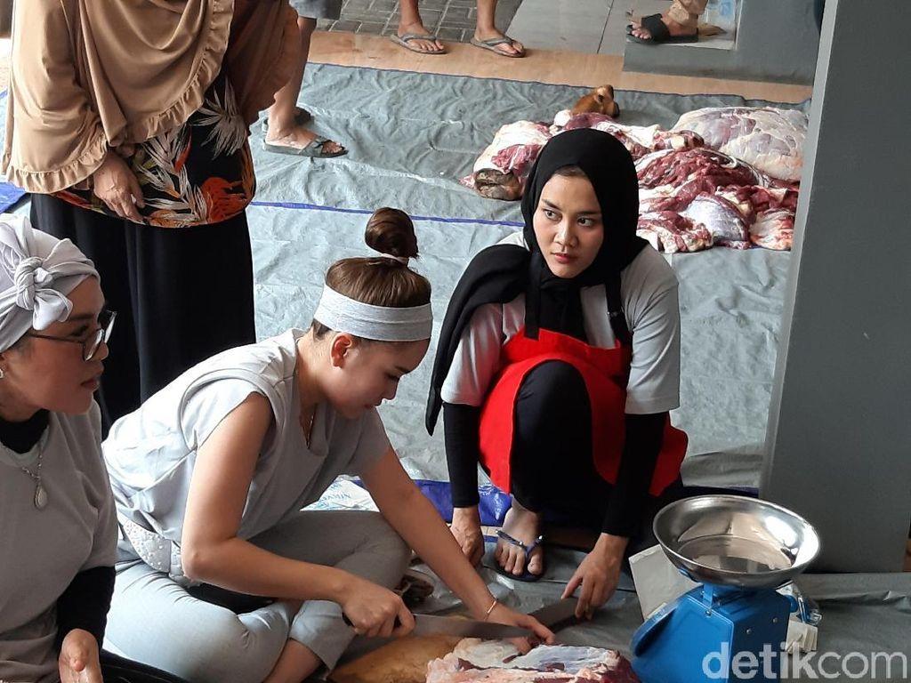 Ayu Ting Ting Tak Keberatan Ikut Potong Daging Kurban