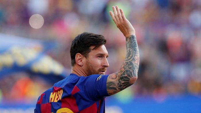 Soccer Football - Joan Gamper Trophy - Barcelona v Arsenal - Camp Nou, Barcelona, Spain - August 4, 2019   Barcelonas Lionel Messi waves to fans before the match   REUTERS/Albert Gea