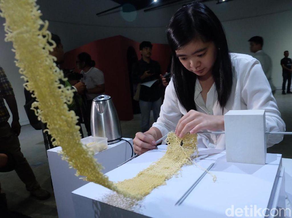 Rajutan Mie Instan Karya Seniman Indonesia Dipajang di Jakarta