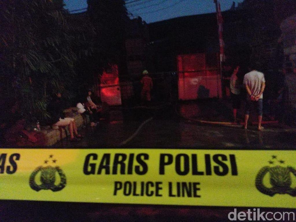 Hangus Terbakar, Gudang Plastik di Ciracas Digaris Polisi