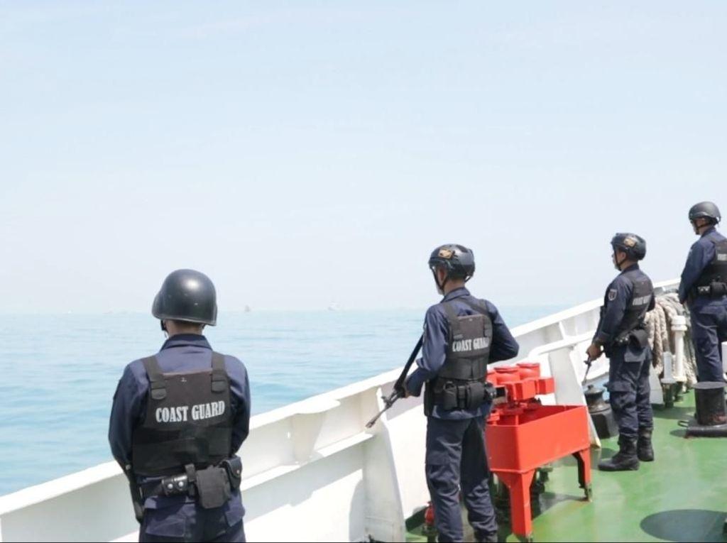 Kapal Patroli Awasi Penanganan Minyak Tumpah di Tanjung Karawang