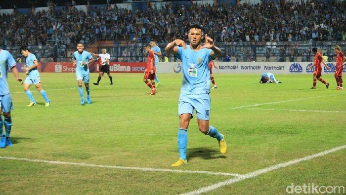 Alex Dos Santos Goncalves, striker Persela Lamongan berpotensi absen melawan PSS Sleman. (Eko Sudjarwo/detikSport)