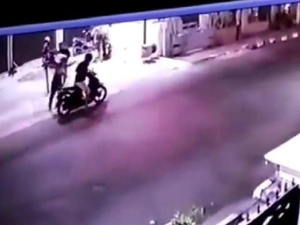 Rekaman CCTV Aksi Pencurian Motor yang Digagalkan Warga