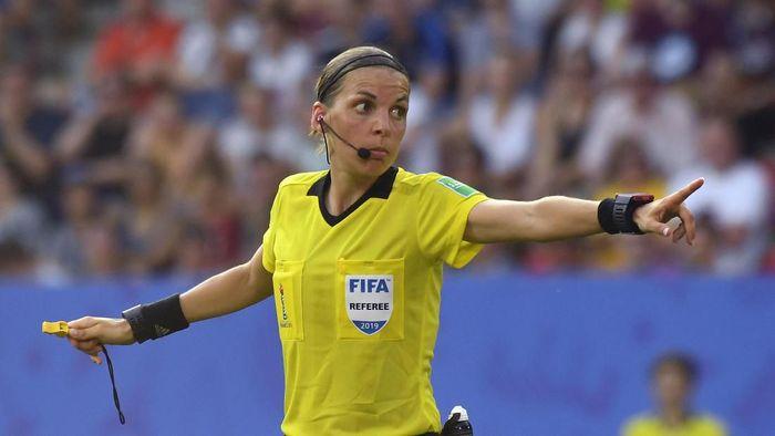 Stephanie Frappart  akan memimpin Piala Super Eropa antara Liverpool vs Chelsea (Damien MEYER / AFP)