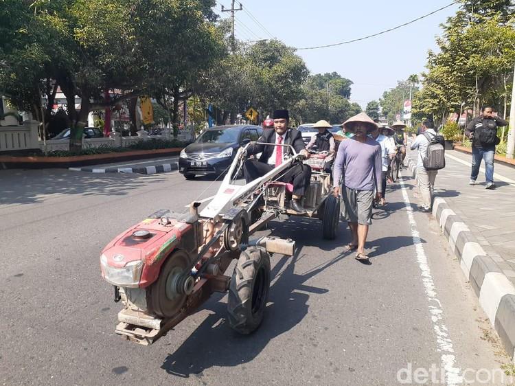 Tampil Beda! Anggota Dewan di Sleman Bawa Traktor Saat Pelantikan