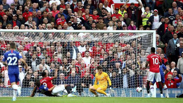 Gol Anthony Martial meruntuhkan konsentrasi pemain Chelsea.