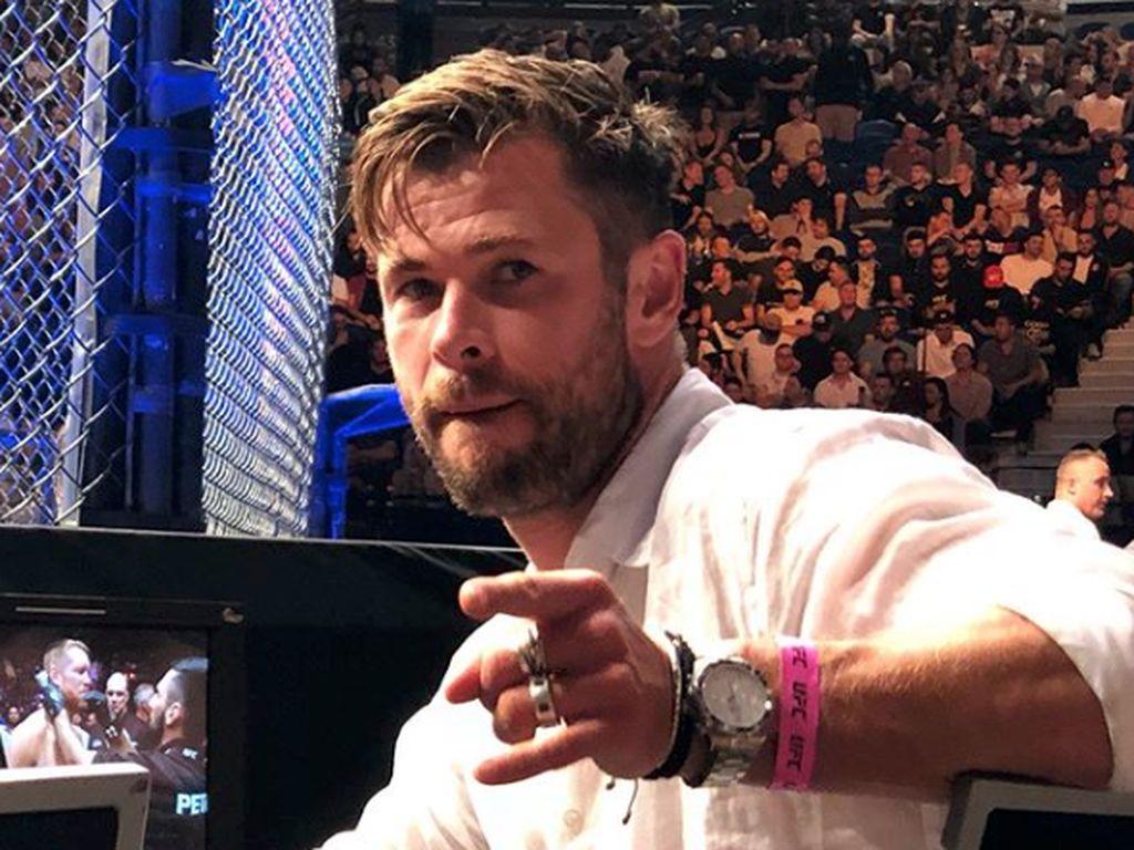 Momen Canggung Chris Hemsworth saat Bertemu Brad Pitt