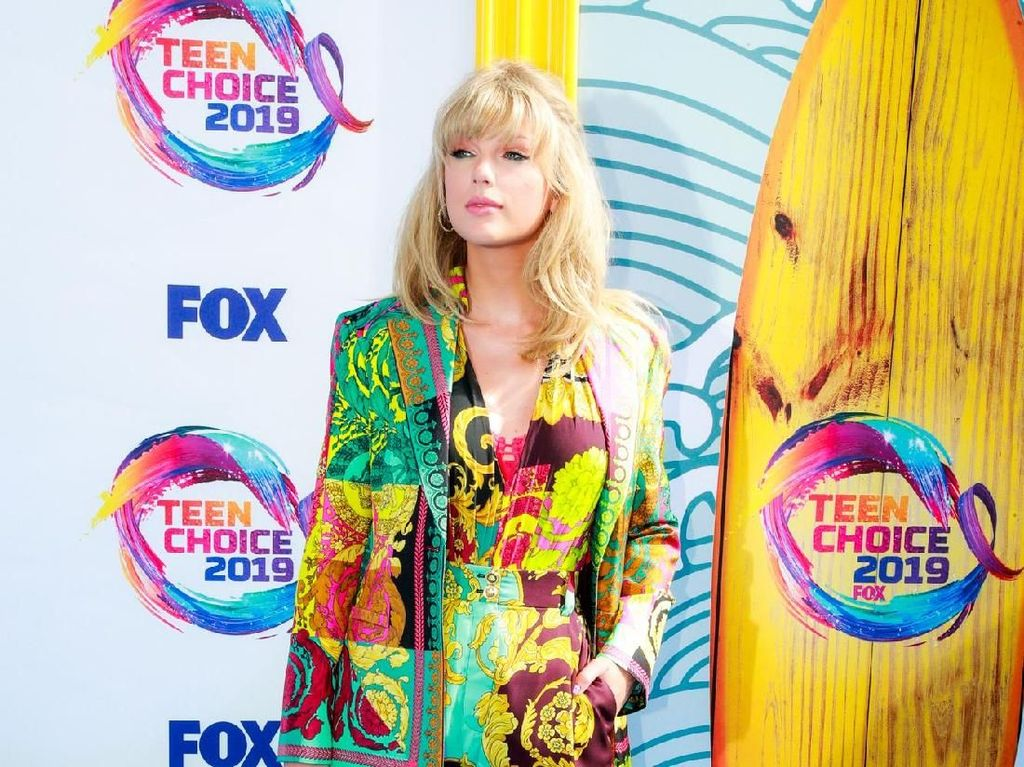 Berbalut Versace, Taylor Swift Pamer Kaki Jenjang di Teen Choice Awards