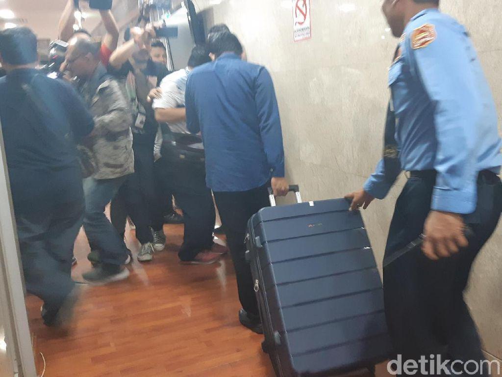 Geledah Ruang Nyoman Dhamantra di DPR, KPK Bawa 2 Koper