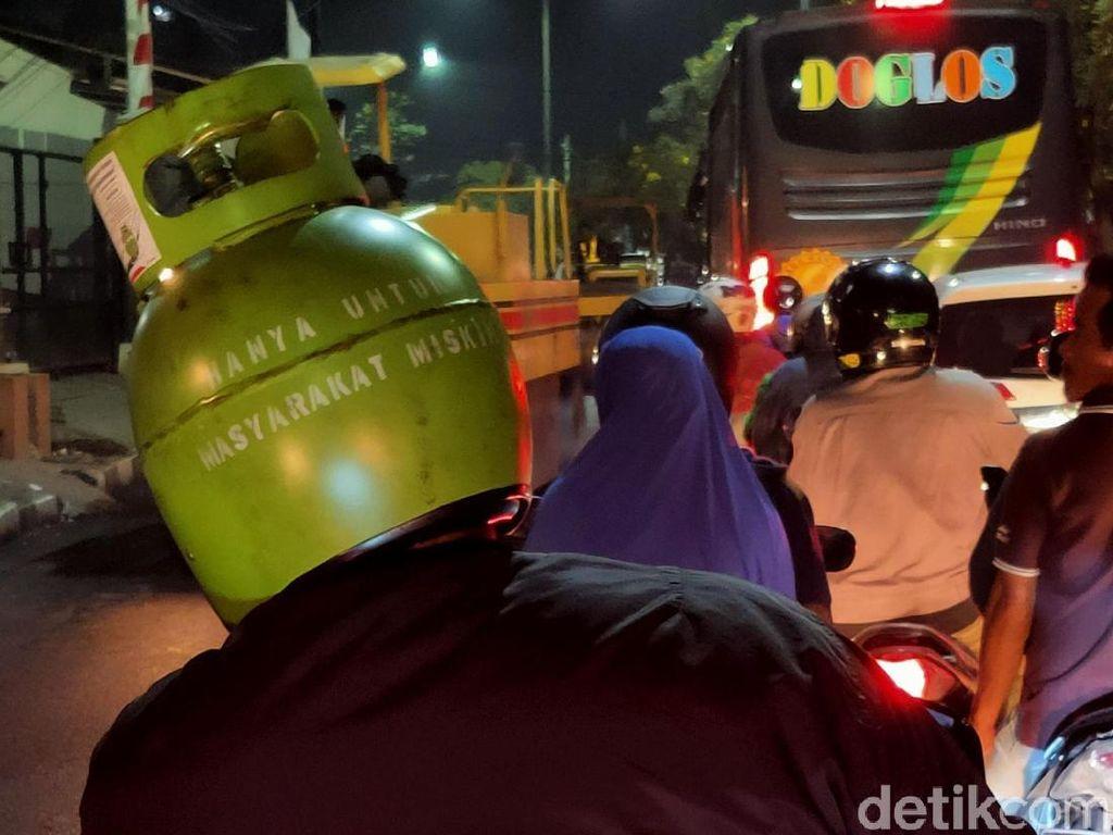 Naik Motor Pakai Helm Tabung Gas Elpiji, Legal di Jalan?