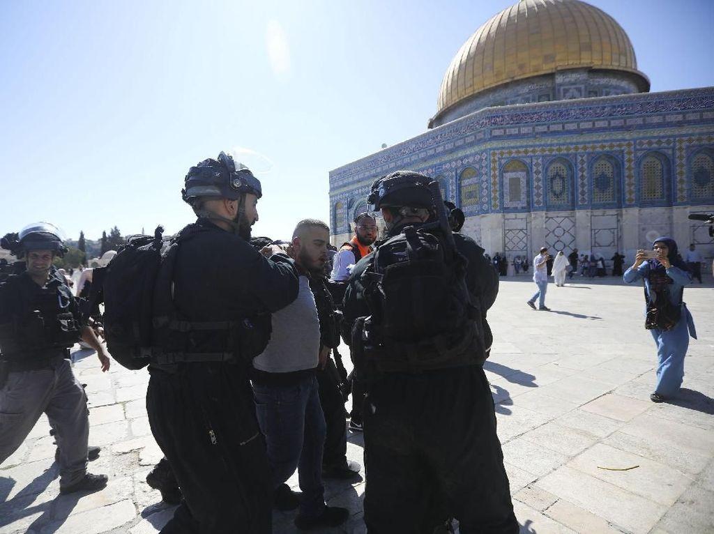 Bentrok Pecah saat Warga Palestina Rayakan Idul Adha di Al Aqsa