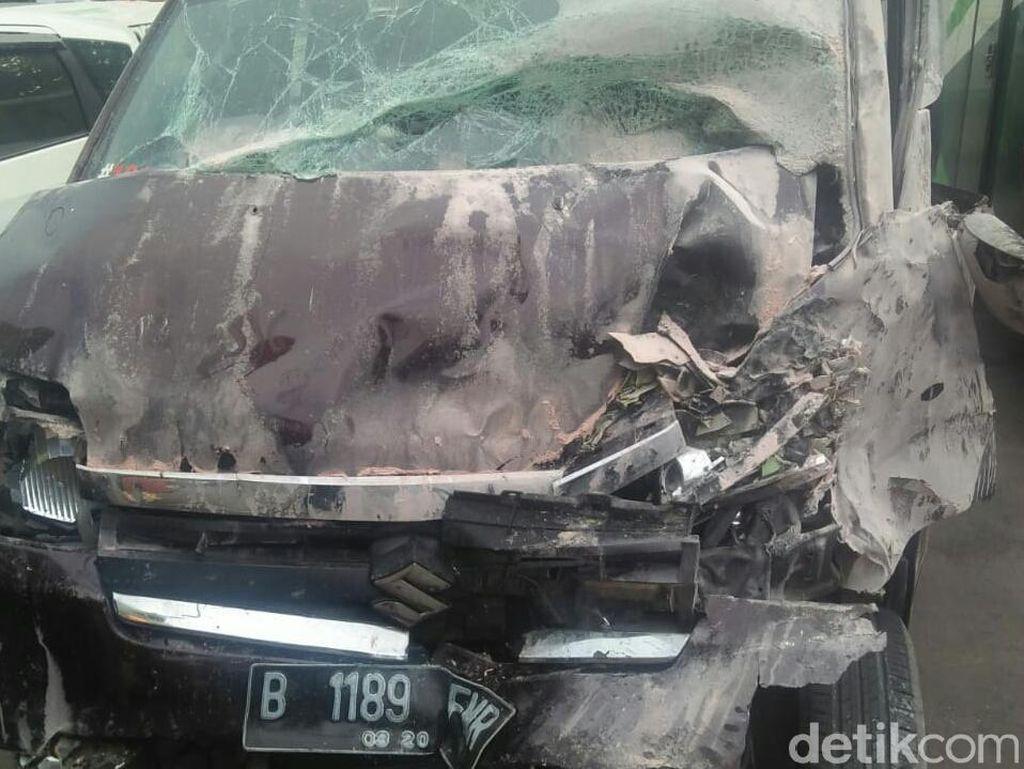 Adu Banteng Bus Vs APV di Purworejo, 1 Orang Tewas dan 6 Terluka