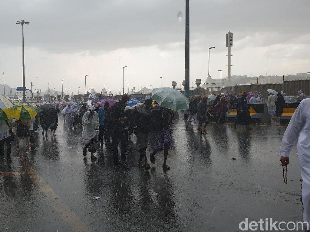 Hujan di Mina Awet, Akses Jamrah Sempat Ditutup