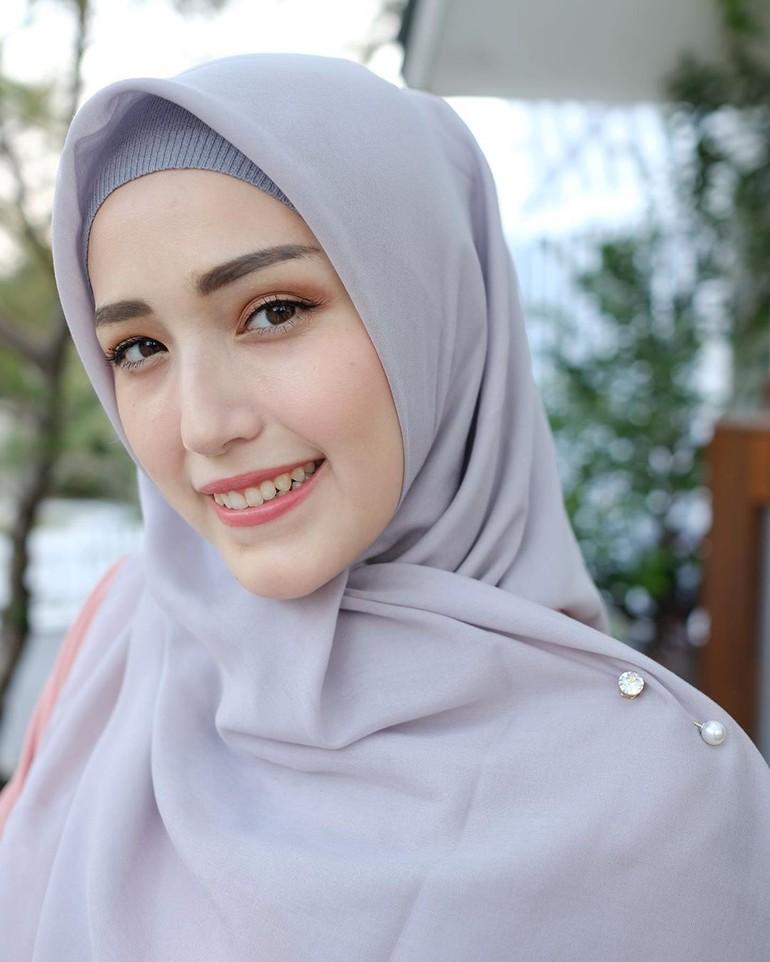 Cara Menggunakan Jarum Pentul Pada Jilbab