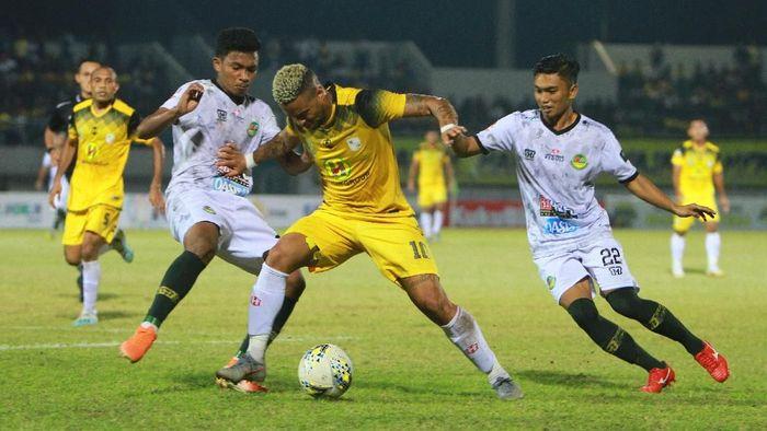 Pemain Barito Putra  Rafael Feital Da Silva (tengah)  saat menghadapi Tira Persikabo. (Bayu Pratama S/wsj/Antara)