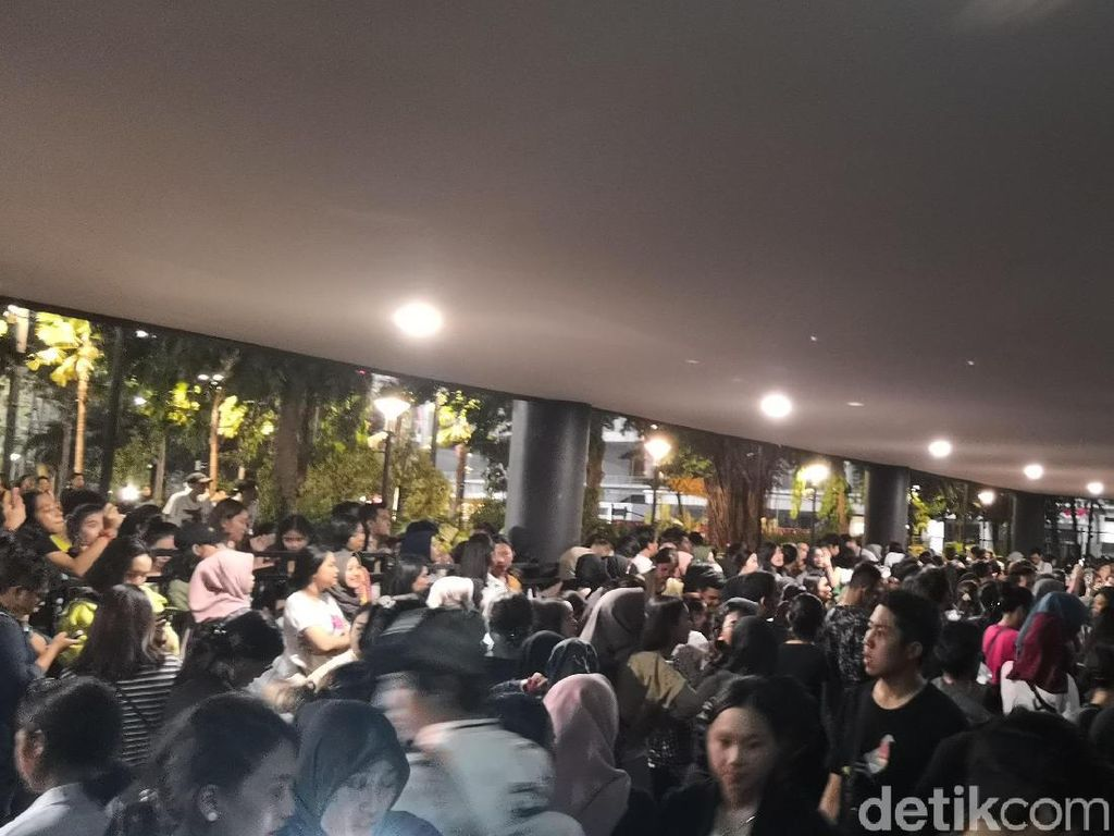 Konser LANY Batal, Penonton Lempar-lempar Botol