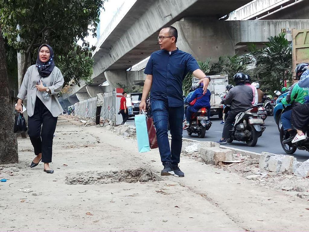 Perbaikan Trotoar Jalan Satrio Jaksel Belum Tuntas, Banyak Lubang Menganga