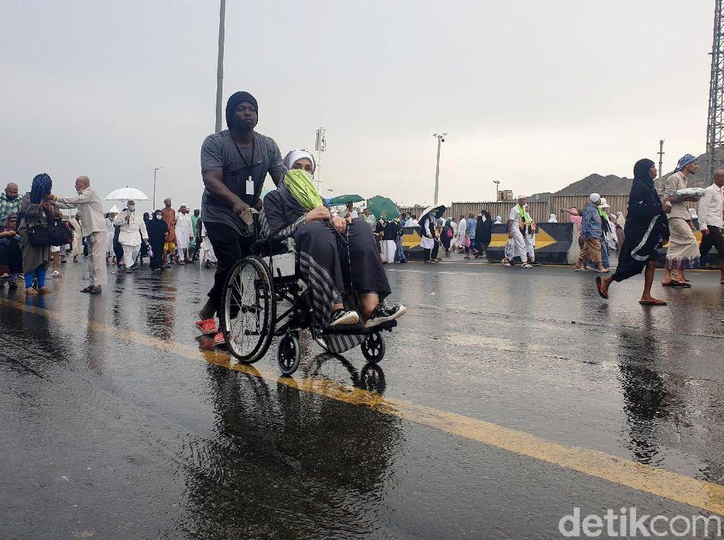 Potret Lalu Lalang Jemaah Pasca Mina Diguyur Hujan & Angin Kencang