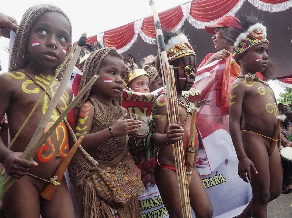 Puluhan Siswa di Papua Kenakan Baju Adat Sambut HUT RI Ke-74
