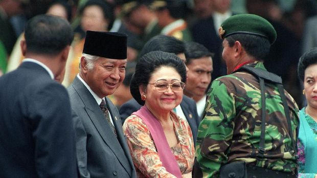 File picture dated October 1995 of Indonesian President Mohamed Suharto (2nd L) and his wife Siti Hartinah Suharto, better known as Tien Suharto (C). (Photo by JOHN MACDOUGALL / AFP)