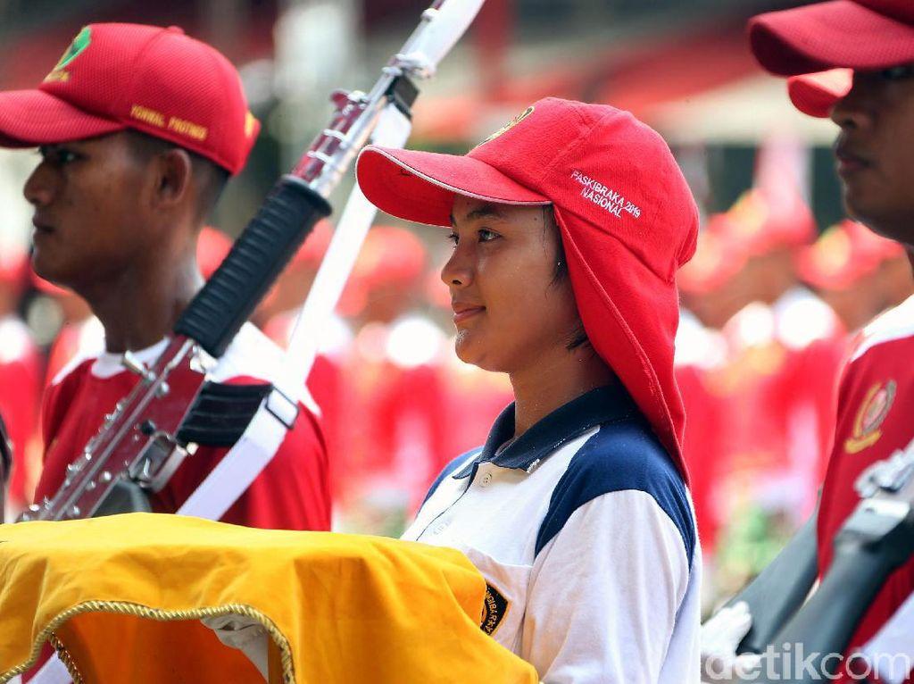 Terpesona Pembawa Baki Bendera Pusaka Saat Latihan di Istana Merdeka