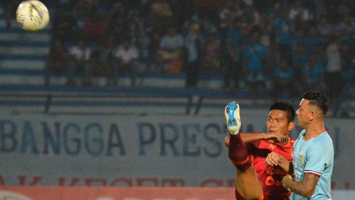 Pemain Persela Lamongan Alex dos Santos Goncalves (kanan) berebut bola dengan pemain Borneo FC Wildansyah. (Syaiful Arif/wsj/Antara)