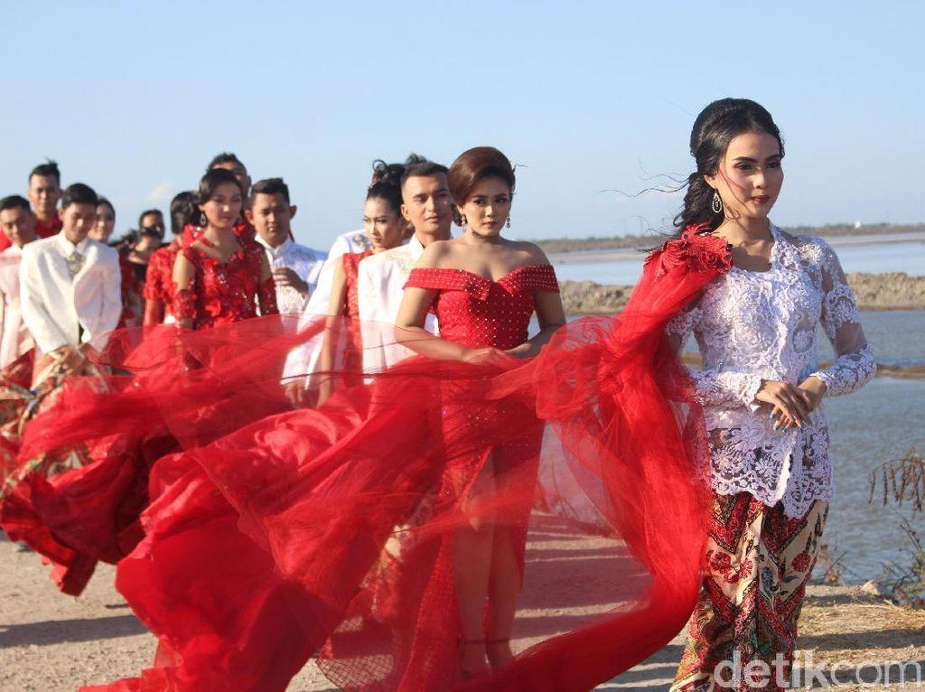Meriahkan HUT RI, 15 Model Fashion Show di Tanggul Lumpur Sidoarjo