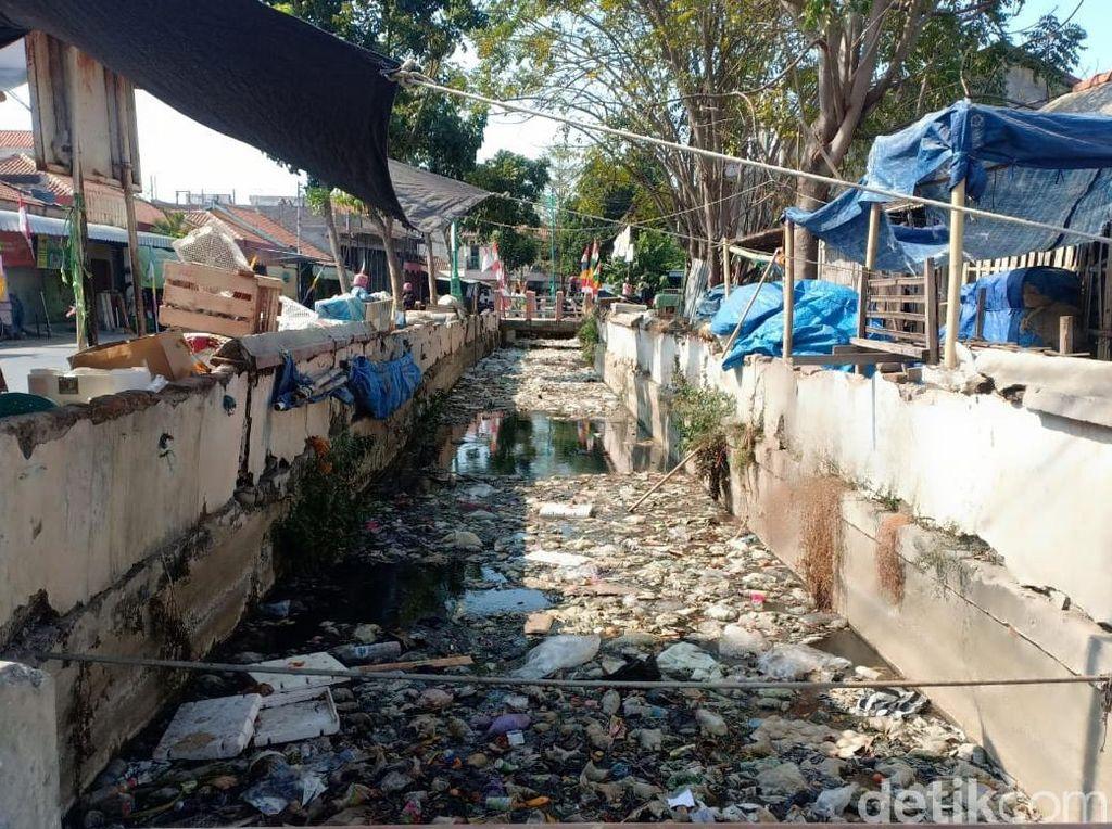 Saluran Air Pasar Brebes Penuh Sampah, Bau Menyengat Dikeluhkan