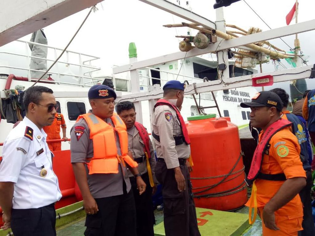 Bakamla Evakuasi KM Sinar Jaya yang Rusak Mesin di Perairan Maluku