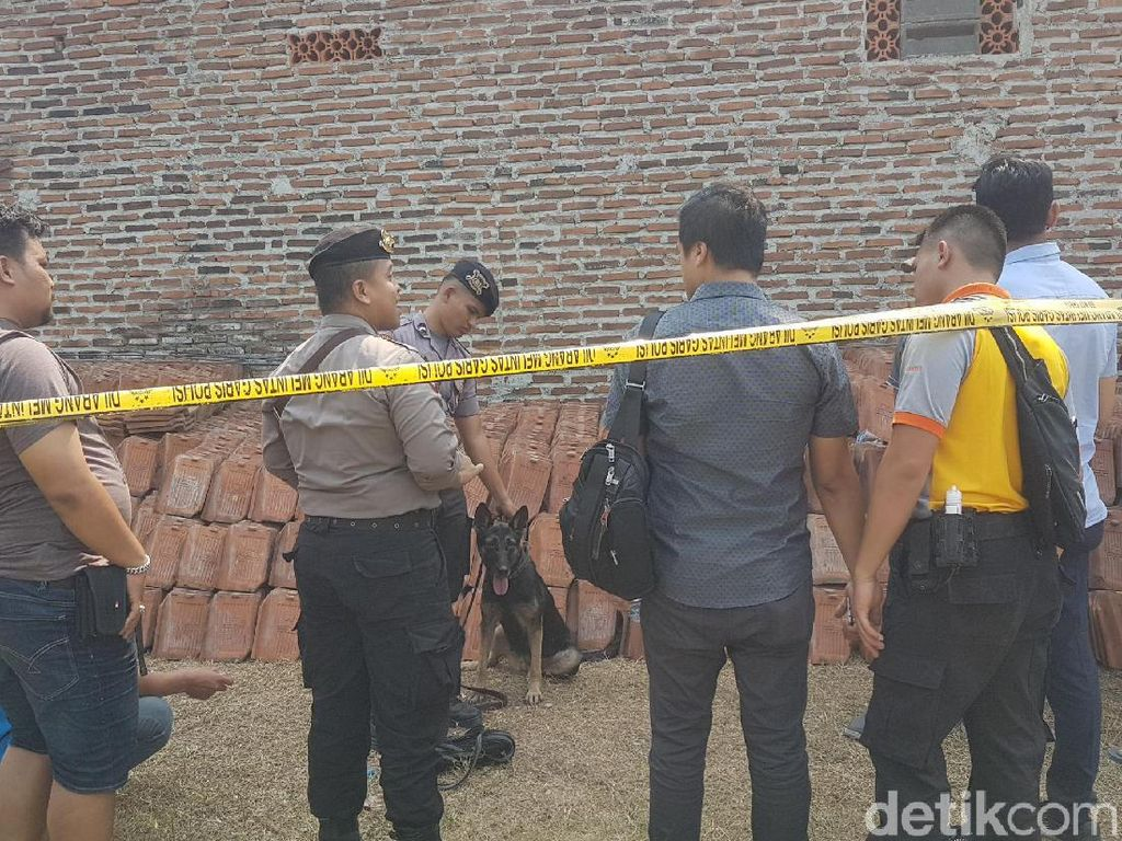 Olah TKP Pembunuhan Sekeluarga di Serang, Polisi Bawa Anjing Pelacak