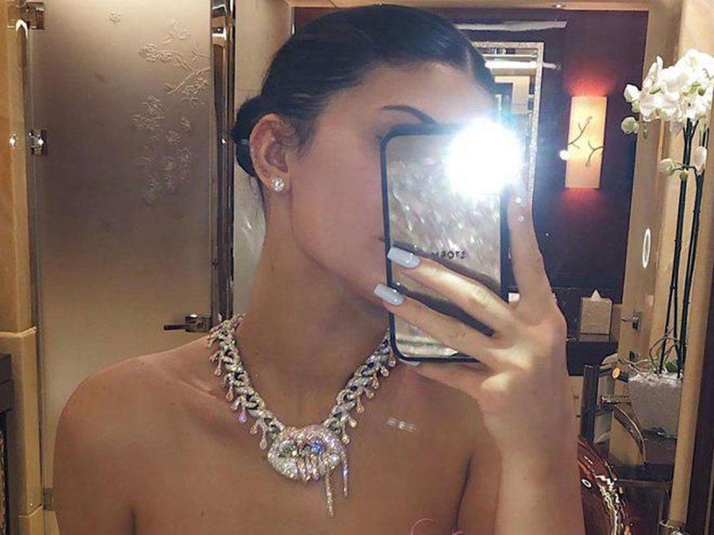 Kylie Jenner Dihadiahi Kalung Bentuk Bibir, Harganya Bikin Melongo