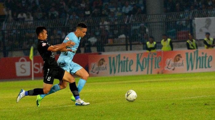 Pemain Persib Bandung Abdul Aziz Lutfi Akbar (kiri) saat menghadapi Persela Lamongan satu lawan satu dengan Rafael Gomes de Oliviera,  (Syaiful Arif/ama/Antara)