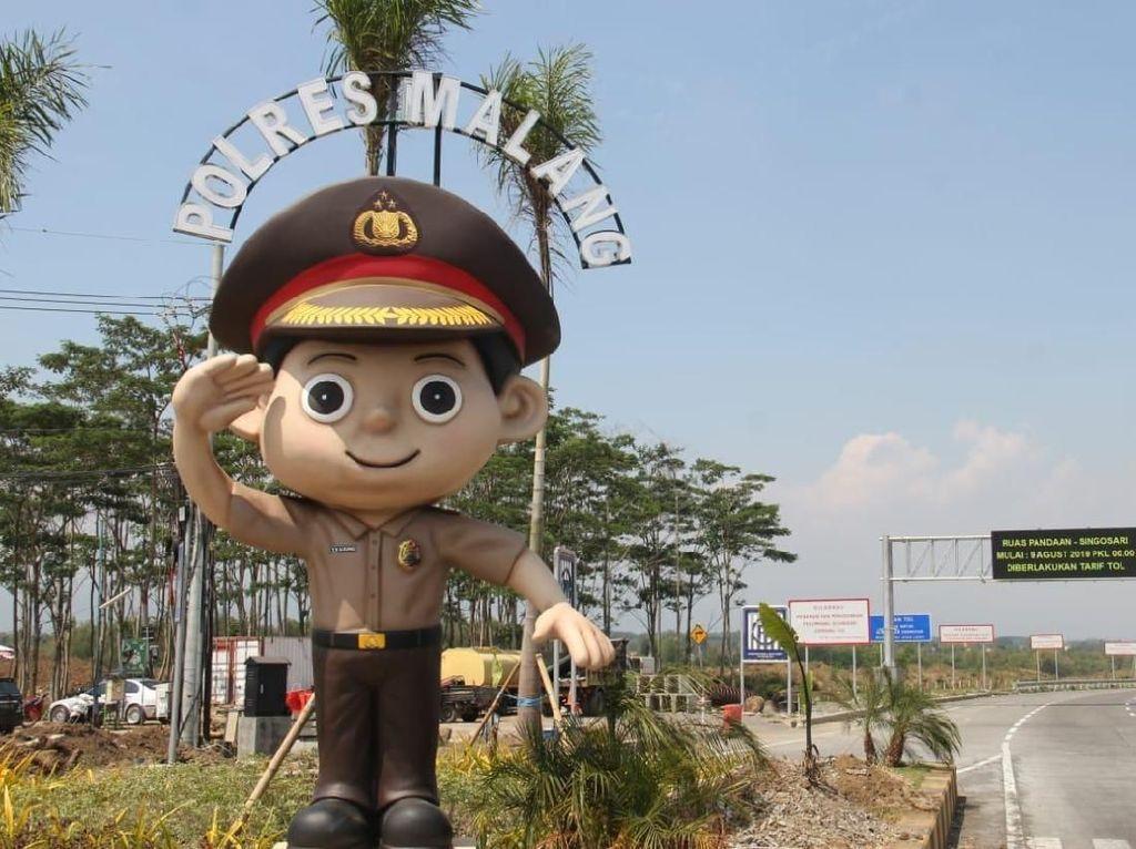 Masuk ke Malang, Siap-siap Disambut Senyum Humanis Polisi Satu Ini