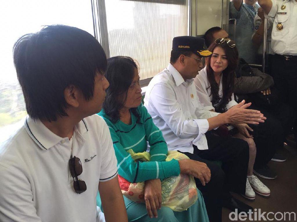 Budi Karya Naik KRL ke Bekasi Bareng Rian DMasiv dan Vlogger Cantik