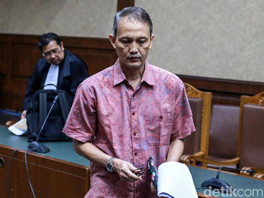Ekspresi Eks Direktur Krakatau Steel saat Jalani Sidang Perdana