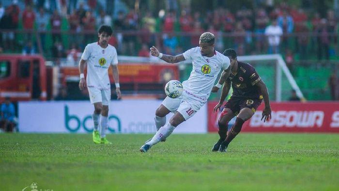 Pelatih Barito Putera Yunan Helmi kecewa setelah dikalahkan 1-2 oleh PSM Makassar. (dok. Liga Indonesia)