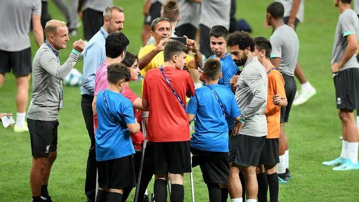 Chelsea dan Liverpool kedatangan tamu spesial saat melakukan latihan jelang laga Piala Super Eropa (Michael Regan/Getty Images)
