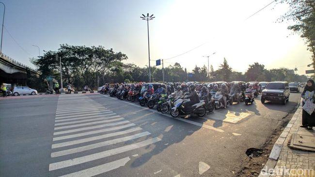 Berita Hari Ketiga Uji Coba, Pengendara Masih Langgar Ganjil-Genap di Jl Pramuka Kamis 22 Agustus 2019