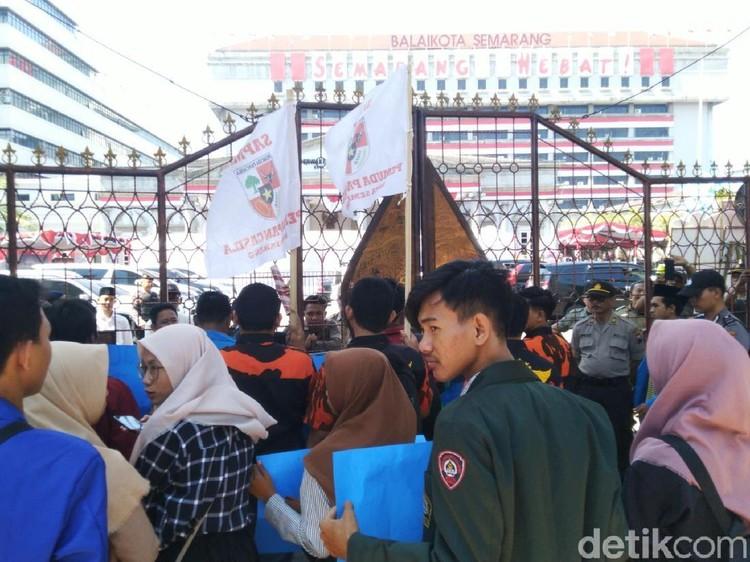 Pelantikan Anggota DPRD Kota Semarang Diwarnai Aksi Demo
