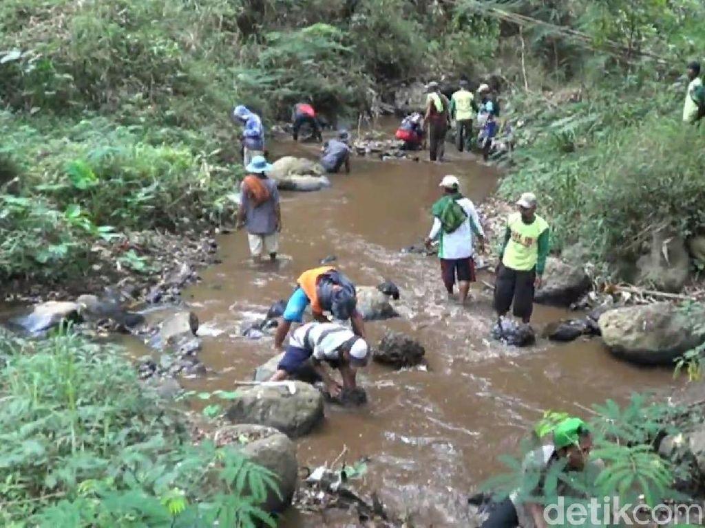 Kekeringan, Ratusan Petani di Pasuruan Cari Air hingga 10 Km