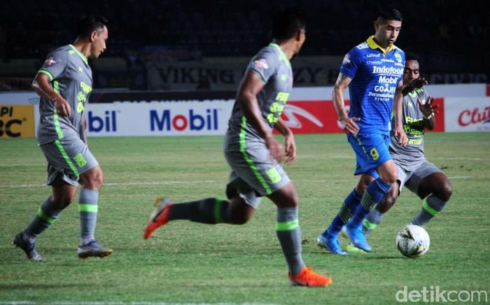 Bertanding di Stadion Si Jalak Harupat, Kab. Bandung, Rabu (14/8/2019), Persib sempat di atas angin pada babak pertama. Tuan rumah bisa unggul dua gol lebih dulu.