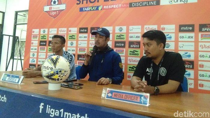 Nilmaizar, pelatih Persela (tengah) (Usman Hadi/detikSport)