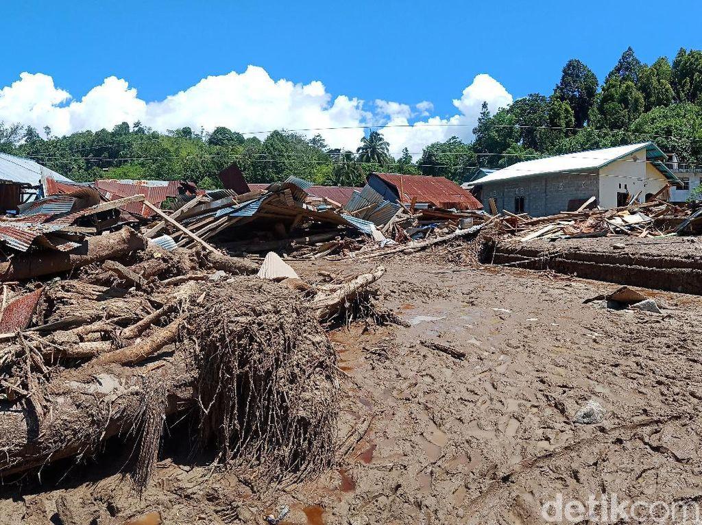 Batu Besar dan Kayu Terjang Belasan Rumah Saat Banjir di Kulawi Sigi