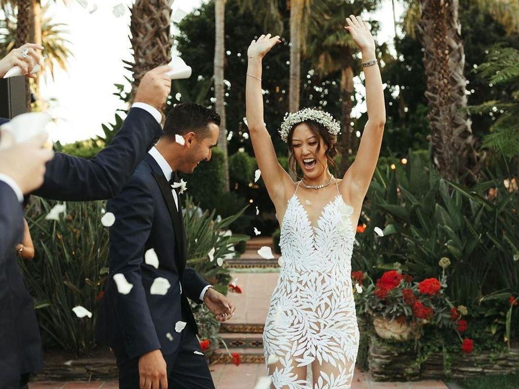 Biasa Bergaya Sporty, Atlet Golf Anggun Bergaun Transparan saat Menikah
