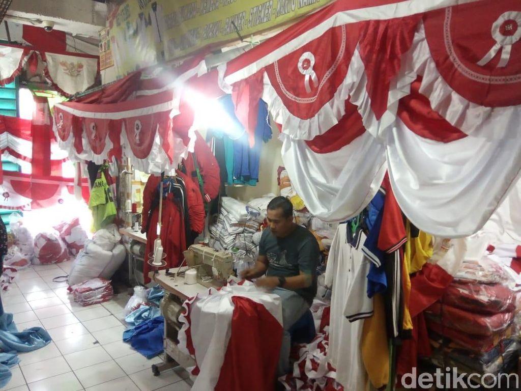 Pedagang Pernak-pernik Merah Putih Tetap Eksis Jelang 17 Agustus