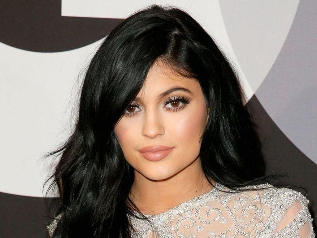 Nyaris Tak Dikenali, Kylie Jenner Tanpa Makeup dan Nyeker Bikin Heboh Netizen