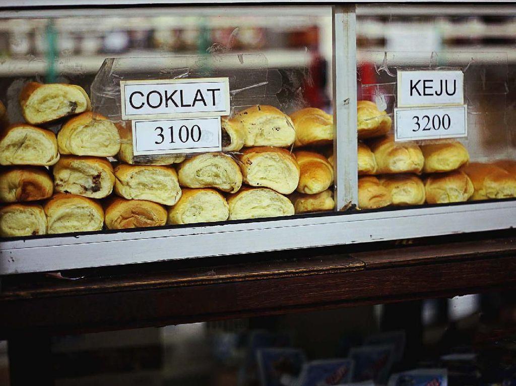 Toko Roti Jadul Puluhan Tahun Ini Masih Jual Roti Hangat Tiap Hari